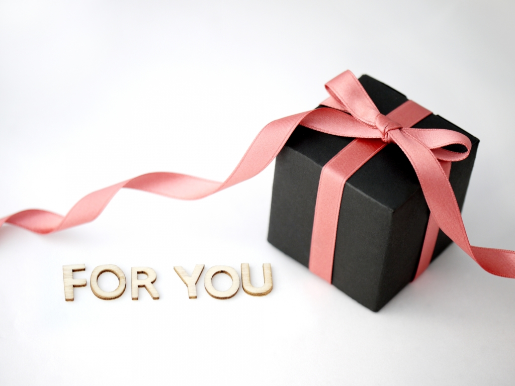 「FOR YOU」と書かれたプレゼントボックス
