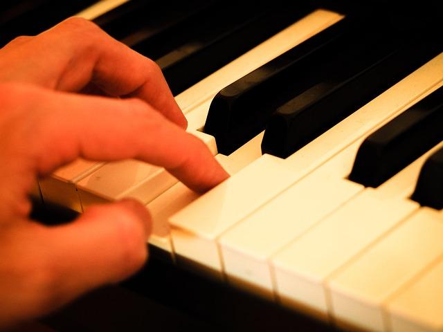 鍵盤を押さえる指先のアップ