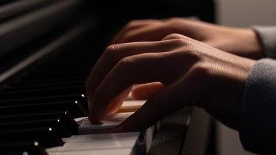 ピアノを弾く男性の指先
