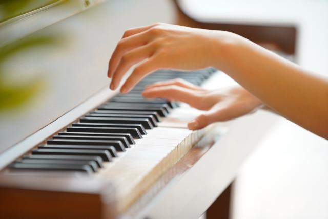 ピアノを弾く子供の指先