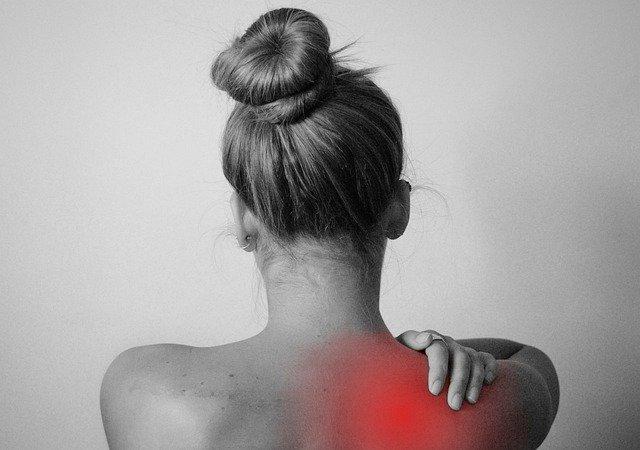 肩の部分を触る女性
