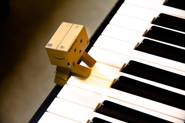 小さなロボットがピアノを弾いている