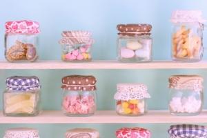 棚にある沢山の小さなお菓子の小瓶