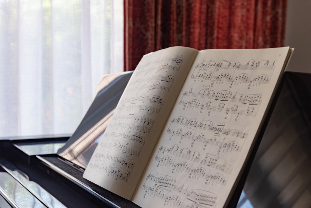 譜面立てに置いたピアノの楽譜のアップ