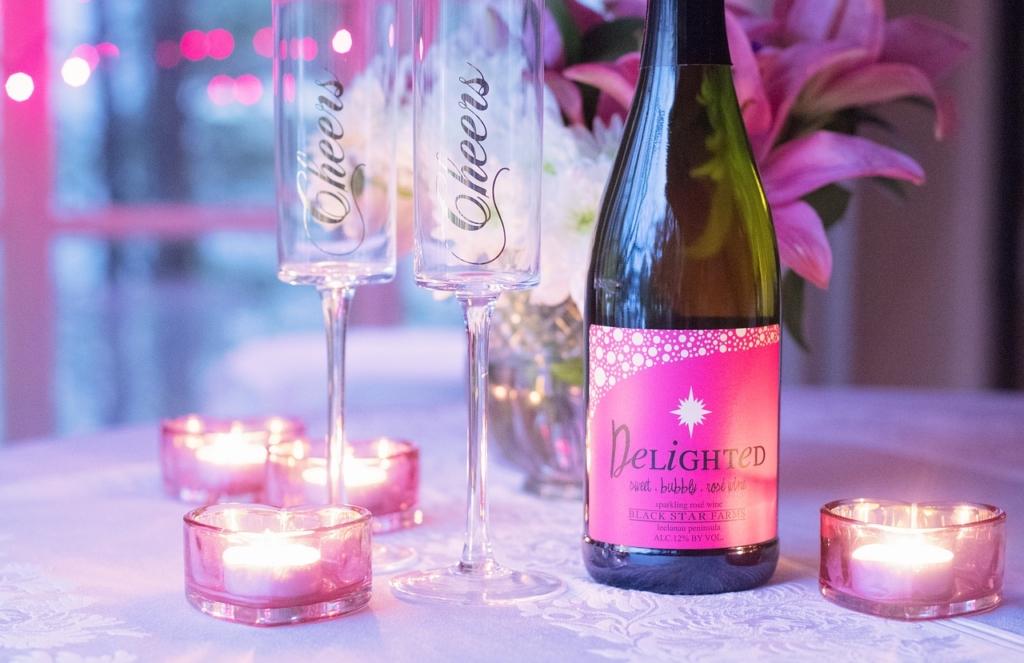 ピンクのワインとキャンドルと美しい花