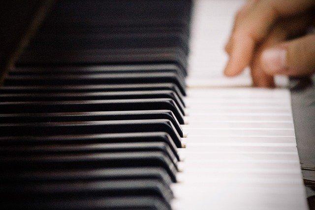 ピアノの鍵盤に触れる指先
