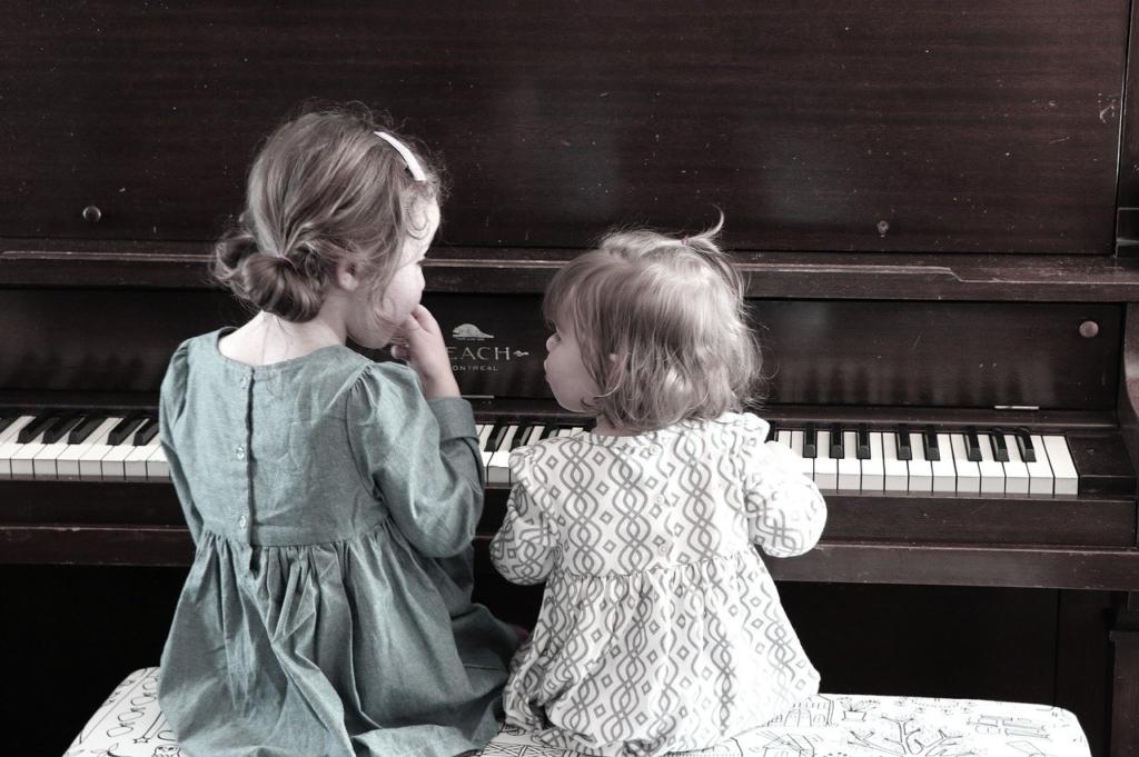 連弾する姉妹