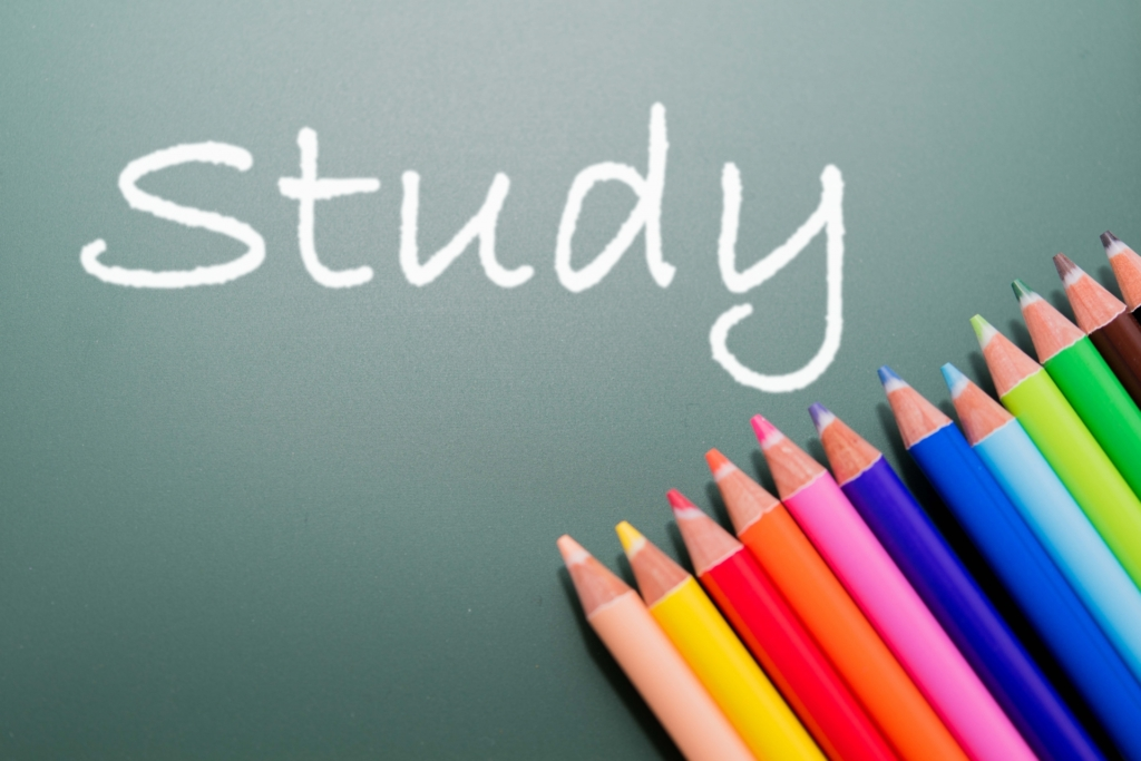 「Study」の文字と色鉛筆