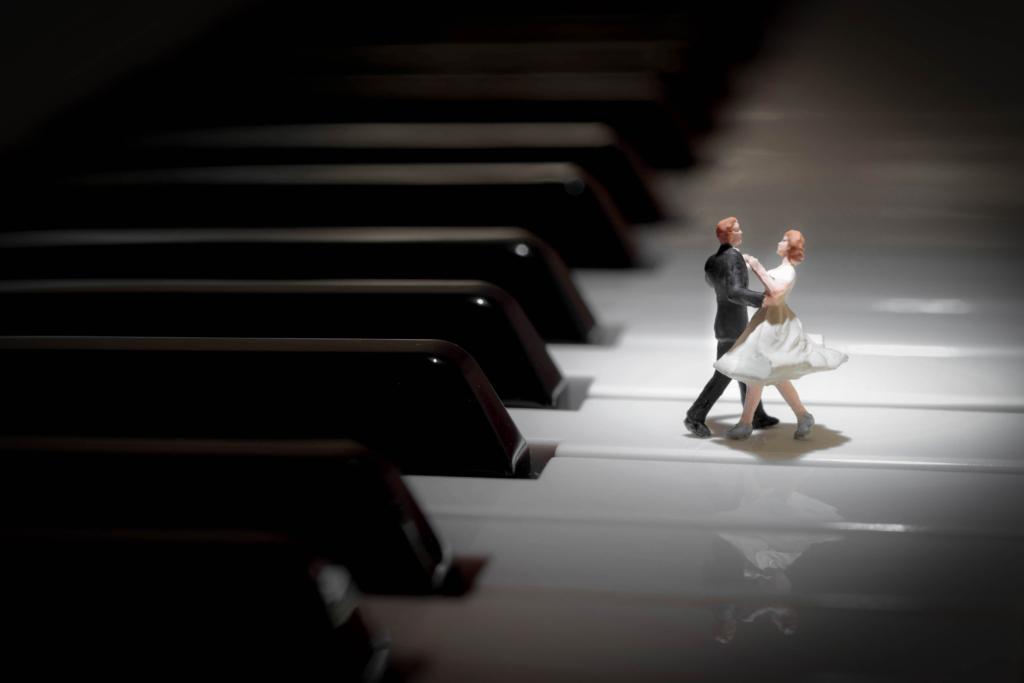 鍵盤の上で踊るミニチュアカップル