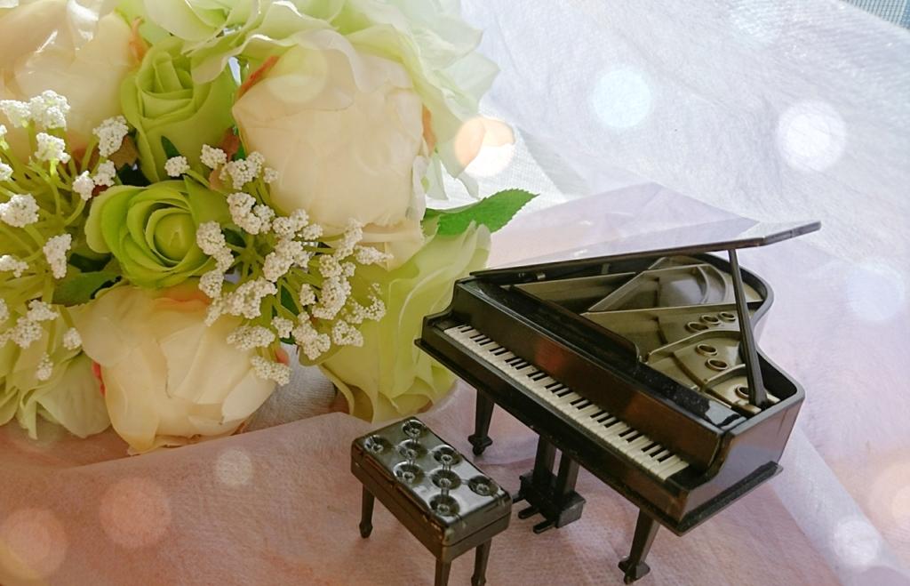 ミニチュアピアノと花