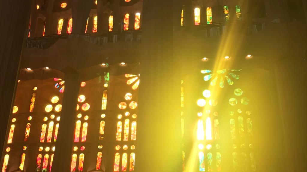 教会のステンドグラスの画像
