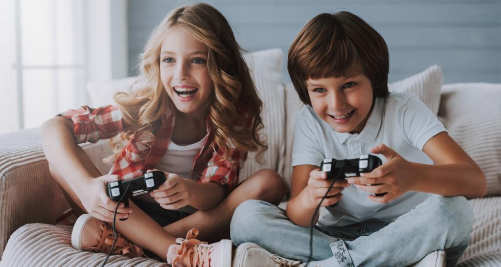 ゲームに興じる子供達
