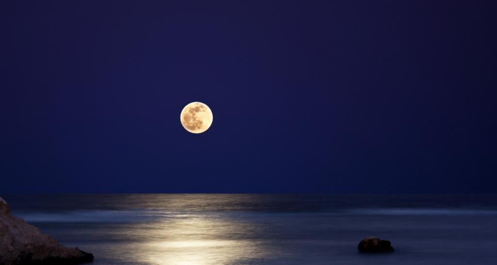 海に浮かぶ満月