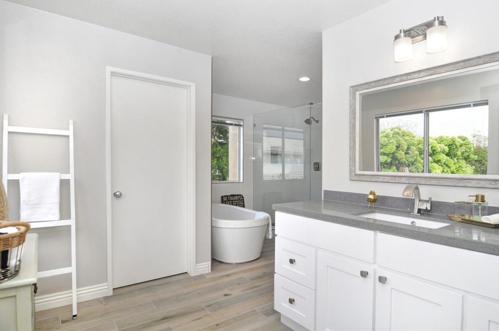 白い洗練されたバスルーム