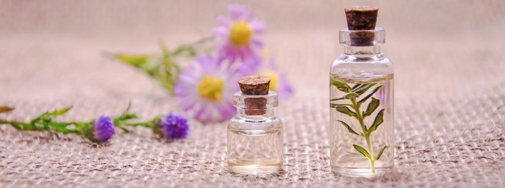 小さな小瓶に入れたハーブと花