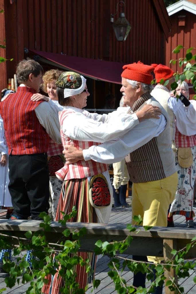 民族衣装で踊る人々