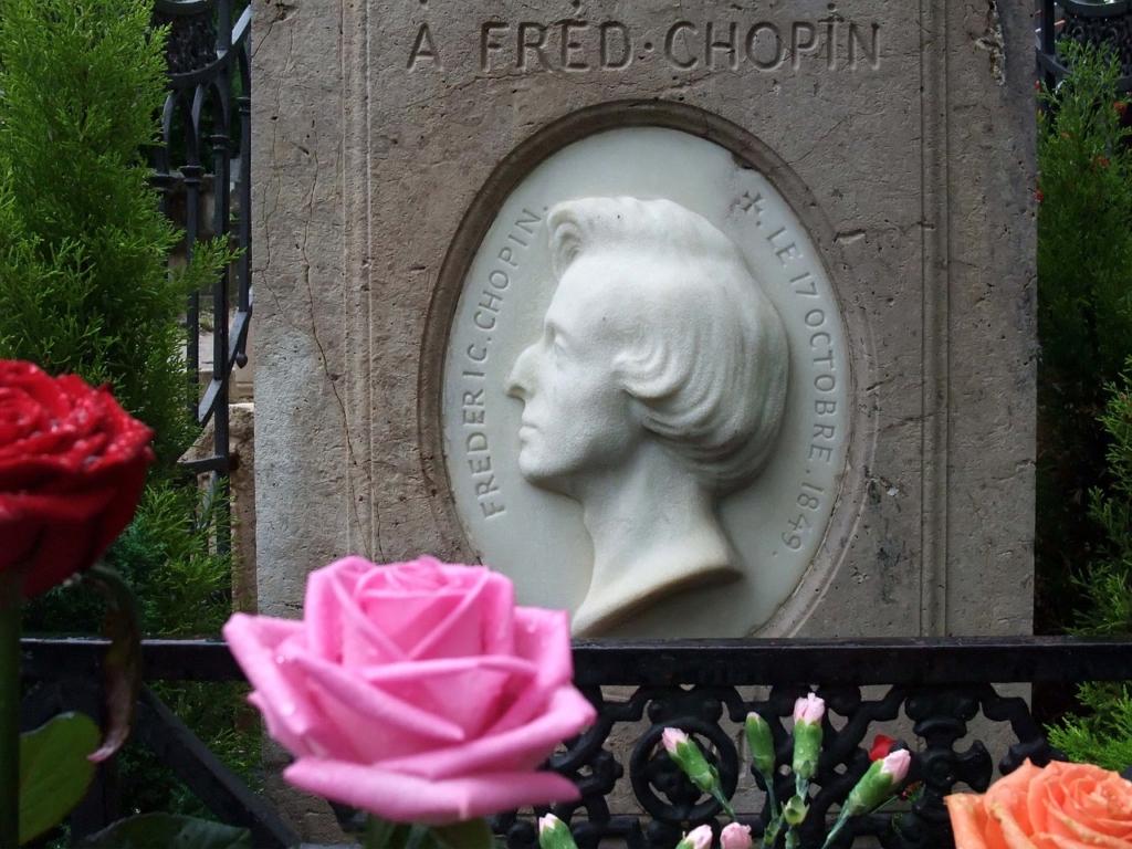 ショパンの墓の像