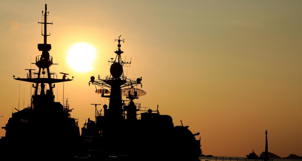夕日に浮かぶ船のシルエット