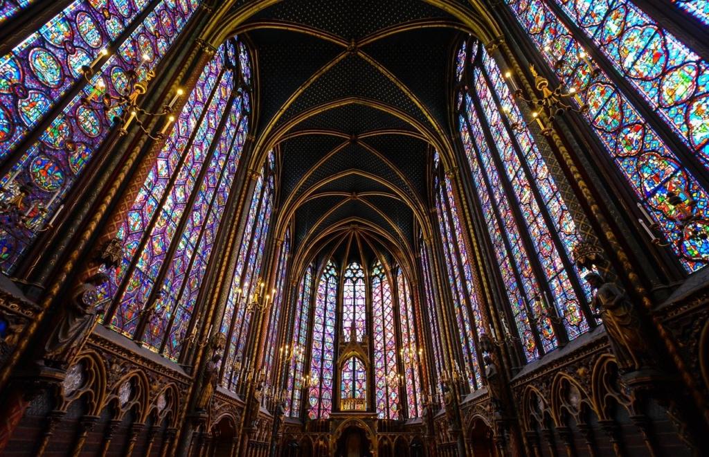 教会の壮大なステンドグラス