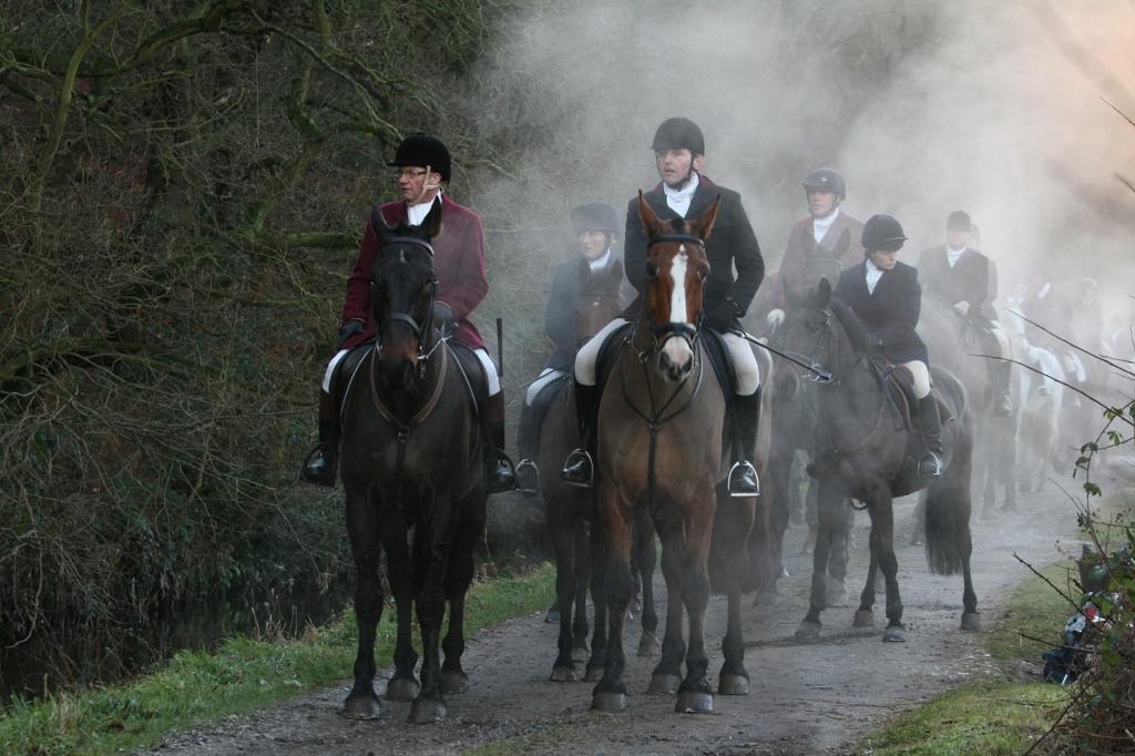馬に乗る狩の一行
