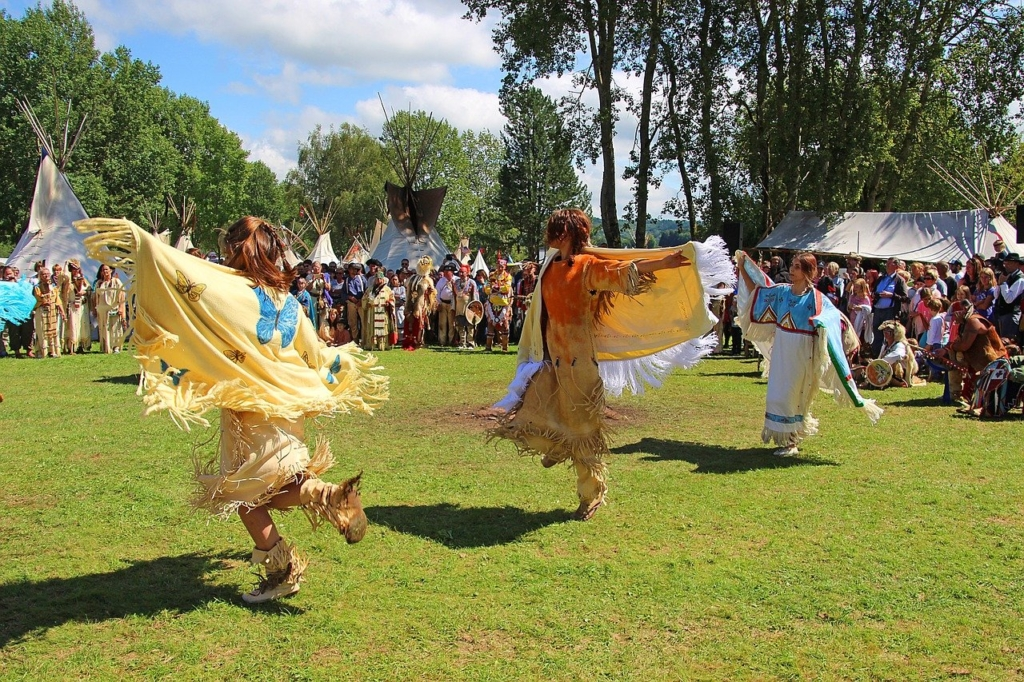 民族衣装を着て踊る風景