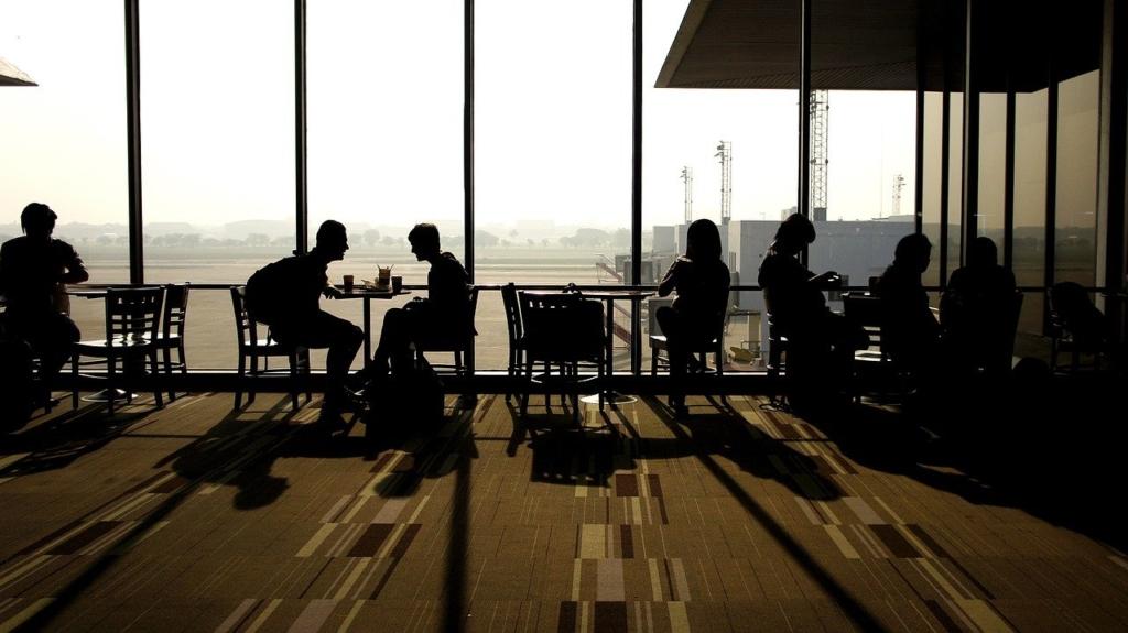 空港ラウンジでのお喋りする人達のシルエット