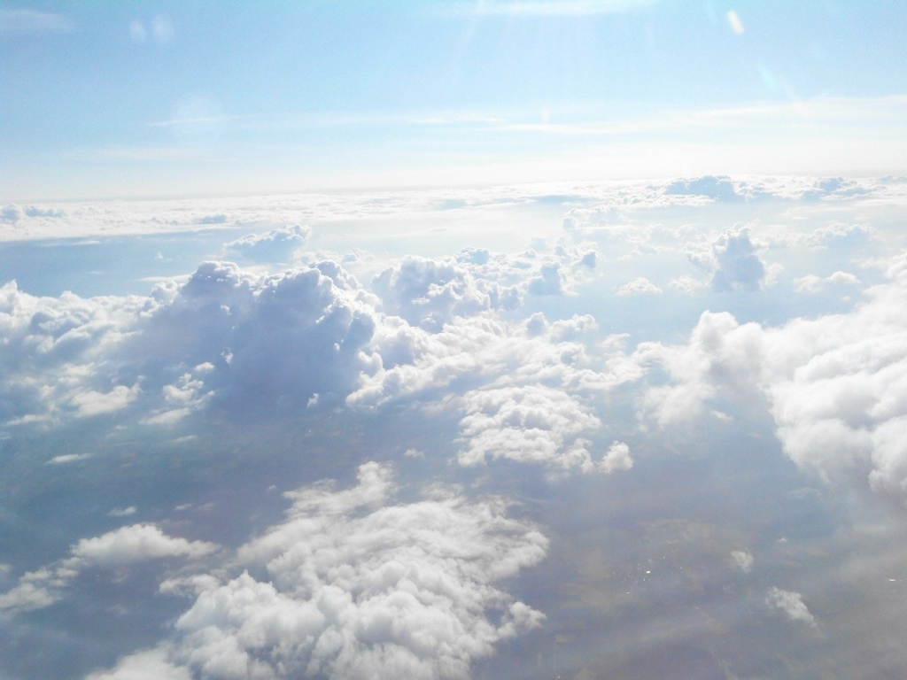 飛行機の窓から見える雲海