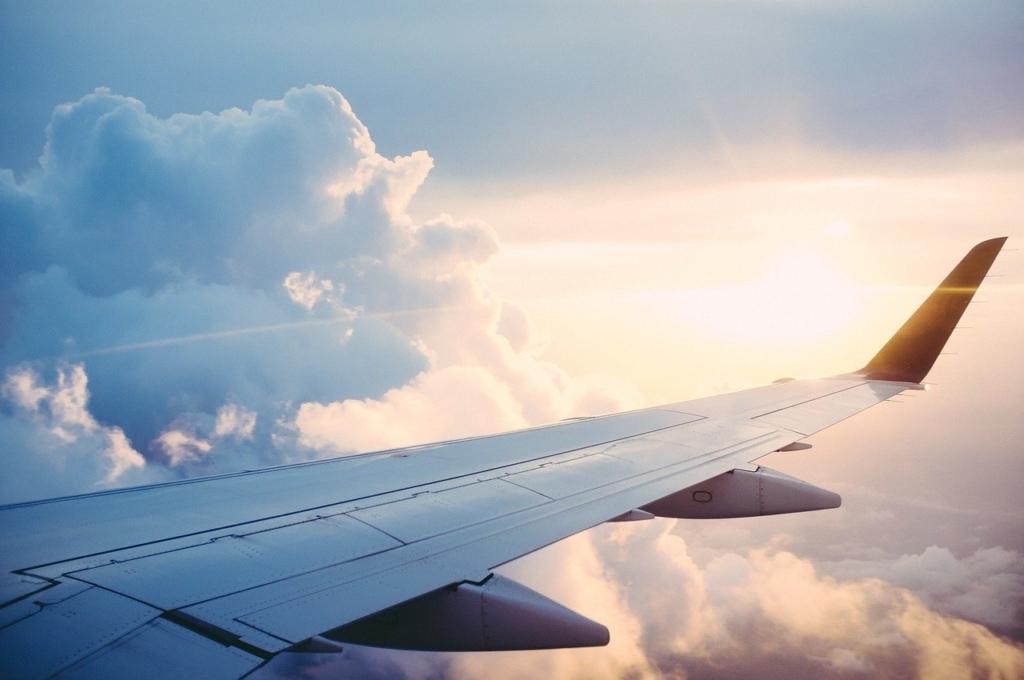 空を飛ぶ飛行機の翼