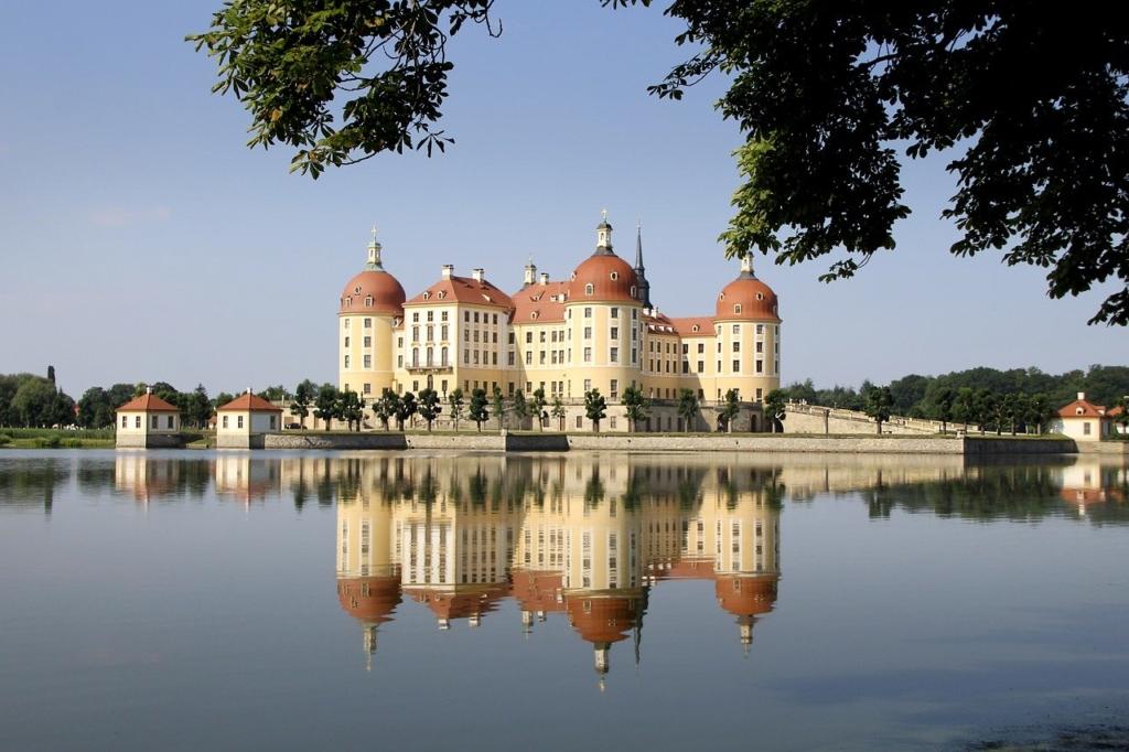 湖に映る美しいお城